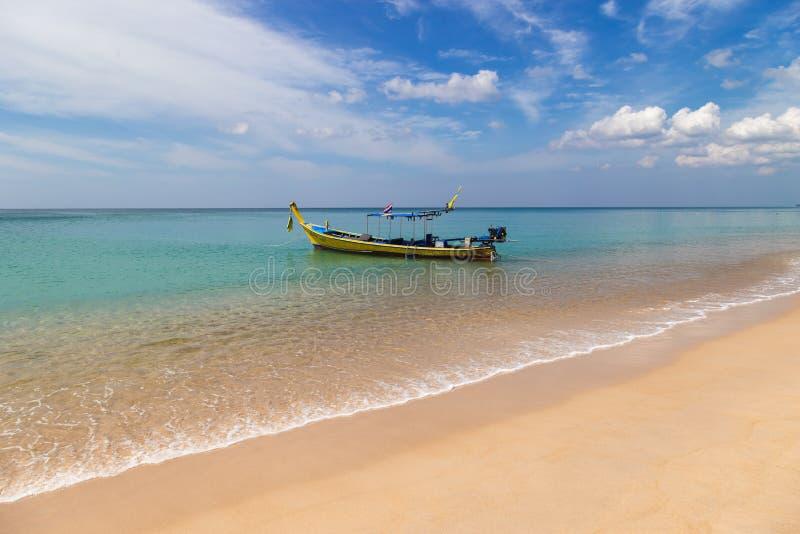 Κόλπος παραλιών με τις παραδοσιακές βάρκες longtail που σταθμεύουν στη Θάλασσα Ανταμάν, Ταϊλάνδη Τον Ιανουάριο του 2018 στοκ εικόνα με δικαίωμα ελεύθερης χρήσης
