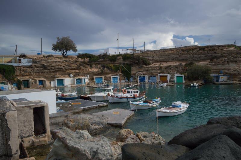 Κόλπος Mandrakia με τα παραδοσιακά ελληνικά γκαράζ ψαράδων και το BO στοκ εικόνες