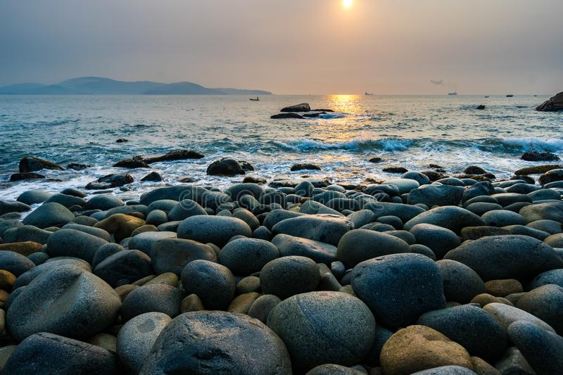 Κόλπος Nhon Quy, Βιετνάμ - άποψη της παραλίας στα ξημερώματα με τους βράχους όπως το αυγό, Βιετνάμ στοκ εικόνες