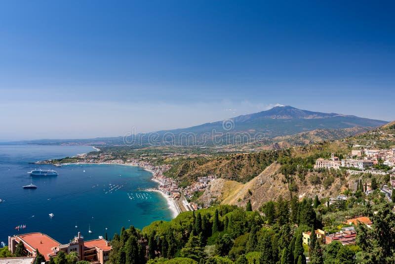 Κόλπος Taormina μια θερινή ημέρα με το Etna ηφαίστειο στοκ εικόνες