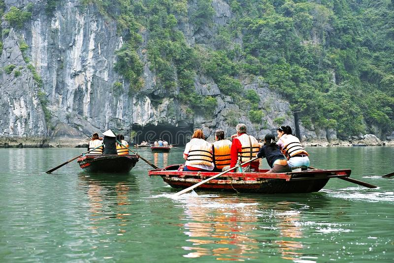 ΚΌΛΠΟΣ HALONG, ΒΙΕΤΝΆΜ - 9 ΙΑΝΟΥΑΡΊΟΥ 2014: Ο κόλπος HaLong είναι μια περιοχή παγκόσμιων κληρονομιών της ΟΥΝΕΣΚΟ και ένας δημοφιλ στοκ φωτογραφίες