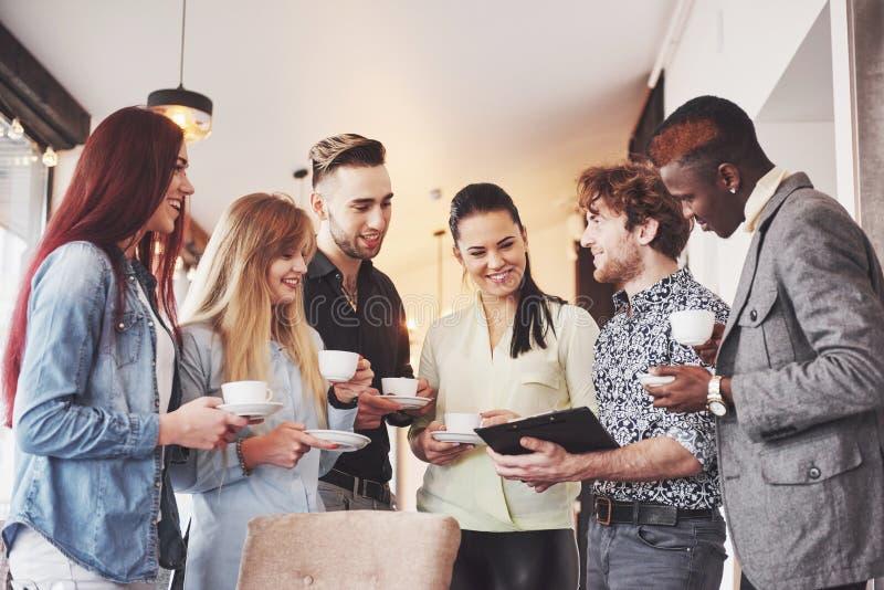 Κόμμα γεγονότος εορτασμού επιχειρησιακών καφέδων διαλειμμάτων Έννοια 'brainstorming' ομαδικής εργασίας στοκ εικόνες