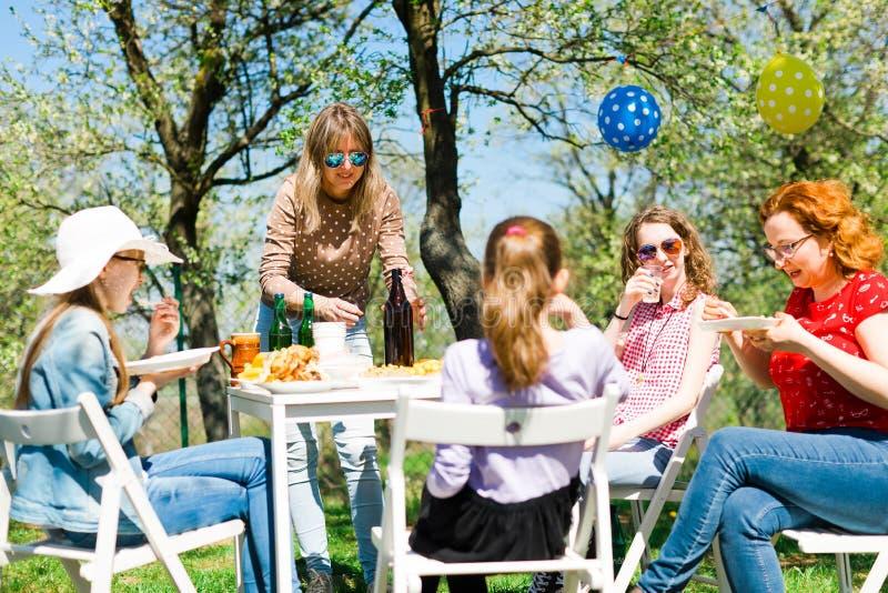 Κόμμα κήπων γενεθλίων κατά τη διάρκεια της θερινής ηλιόλουστης ημέρας - πικ-νίκ κατωφλιών στοκ φωτογραφία