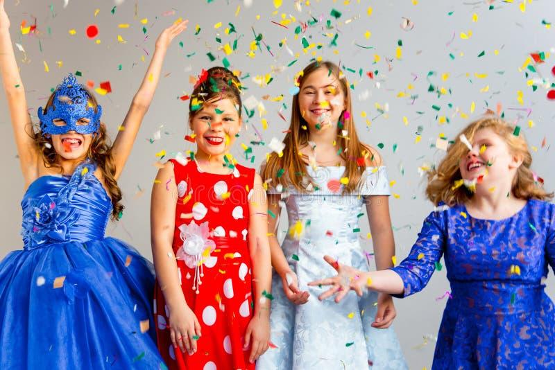 Κόμμα μεταμφιέσεων κοριτσιών στοκ φωτογραφία με δικαίωμα ελεύθερης χρήσης