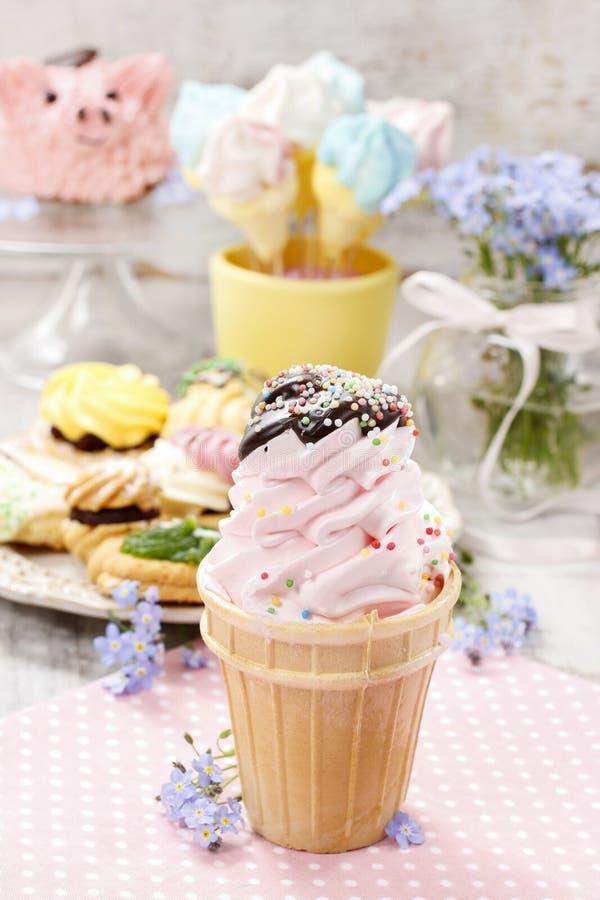 Κόμμα παιδιών: ρόδινος κώνος παγωτού στοκ φωτογραφία