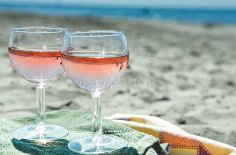 Κόμμα παραλιών με την άποψη θάλασσας, ρομαντικός εορτασμός σχετικά με το ηλιόλουστο αμμώδες β στοκ εικόνες