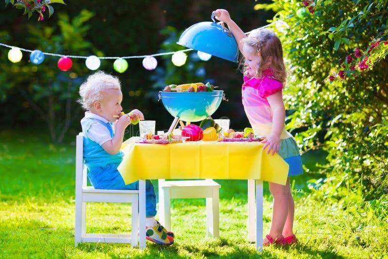 Κόμμα σχαρών κήπων για τα παιδιά στοκ εικόνες