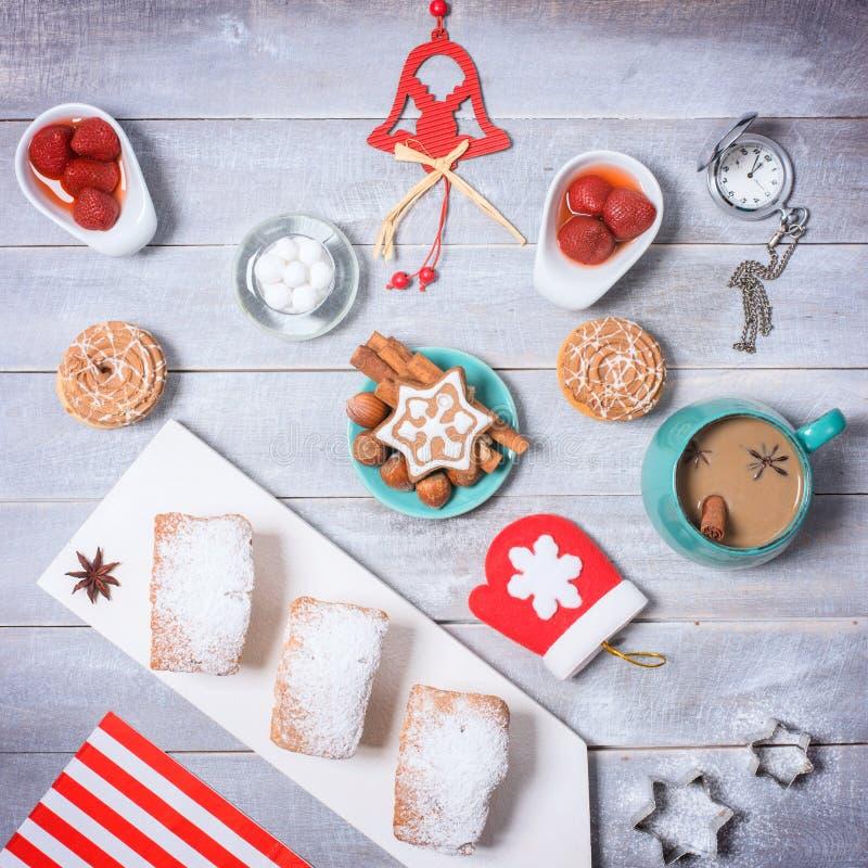 Κόμμα τσαγιού χειμερινών Χριστουγέννων με τα μπισκότα και τον καφέ Τοπ όψη απεικόνιση αποθεμάτων