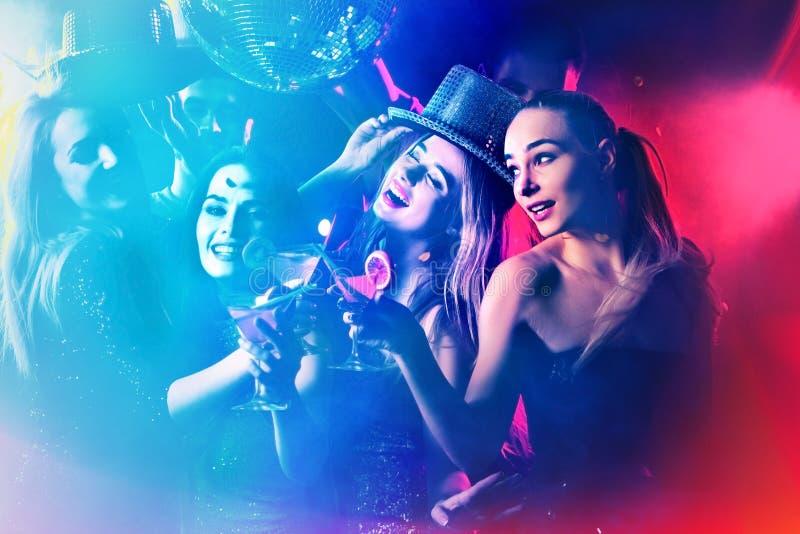 Κόμμα χορού με τους ανθρώπους ομάδας που χορεύουν και τη σφαίρα disco στοκ φωτογραφία