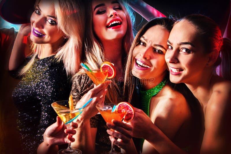 Κόμμα χορού με το χορό και το κοκτέιλ ανθρώπων ομάδας στοκ εικόνα