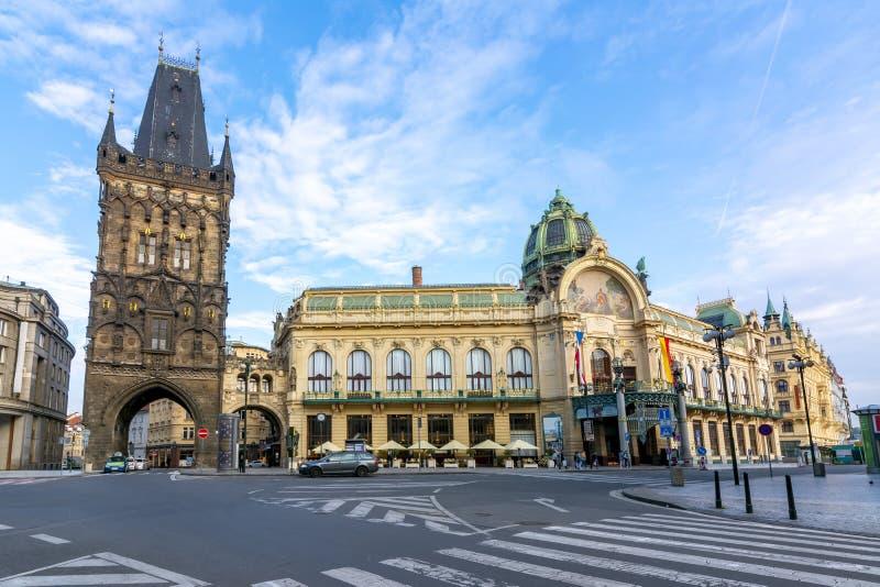Κόνις tower Prasna Brana και Δημοτικός Οίκος Obecni Dum στην πλατεία Δημοκρατίας, Πράγα, Τσεχική Δημοκρατία στοκ φωτογραφία με δικαίωμα ελεύθερης χρήσης