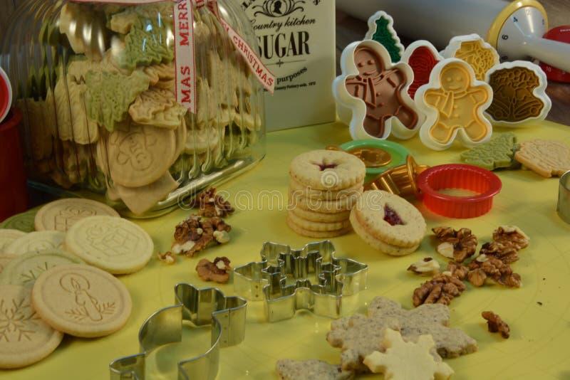 Κόπτης μπισκότων Χριστουγέννων με τα καρύδια, τη ζάχαρη και τη μαρμελάδα στοκ εικόνα