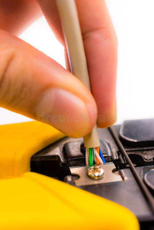 Κόπτης που κόβει ένα καλώδιο δικτύων στο άσπρο υπόβαθρο στοκ φωτογραφία με δικαίωμα ελεύθερης χρήσης