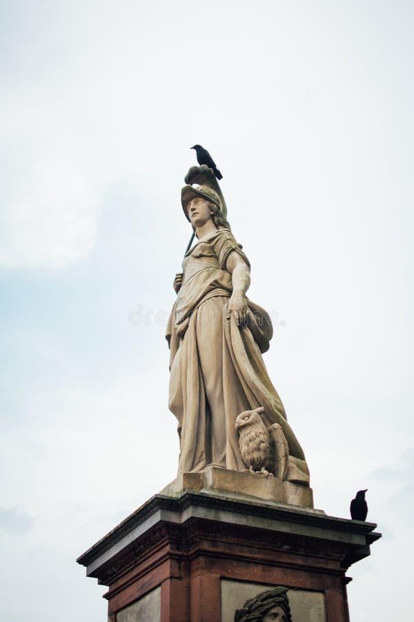 Κόρακας στο άγαλμα της θεάς στη Χαϋδελβέργη στοκ φωτογραφία
