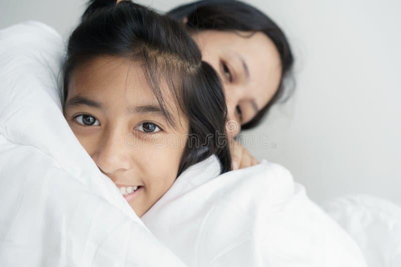 Κόρη αγάπης εικόνων πορτρέτου οικογενειακές μητέρα και που αγκαλιάζουν από κοινού Χαριτωμένο χαμόγελο κοριτσιών όμορφο και ευτυχέ στοκ φωτογραφίες με δικαίωμα ελεύθερης χρήσης