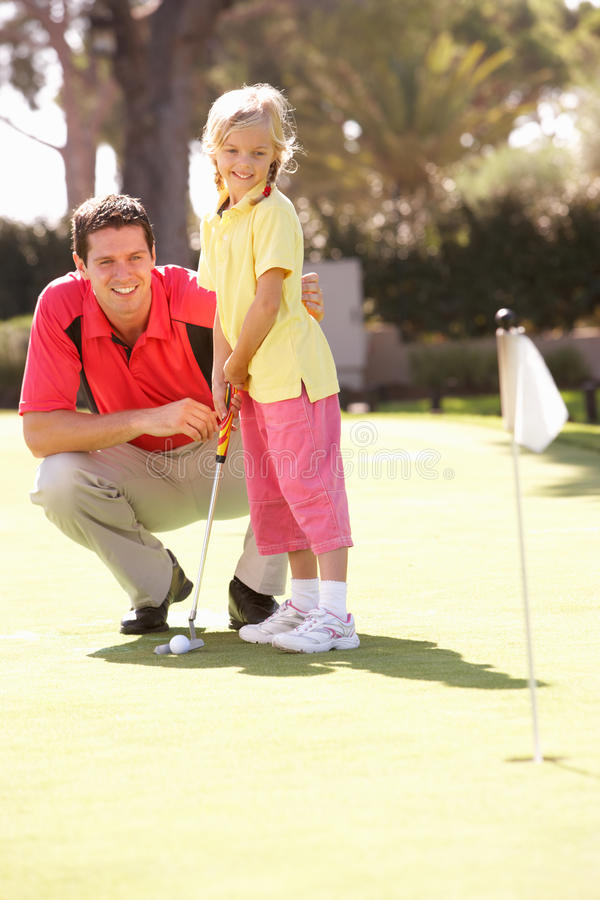 Κόρη διδασκαλίας πατέρων για να παίξει το γκολφ στοκ φωτογραφίες με δικαίωμα ελεύθερης χρήσης