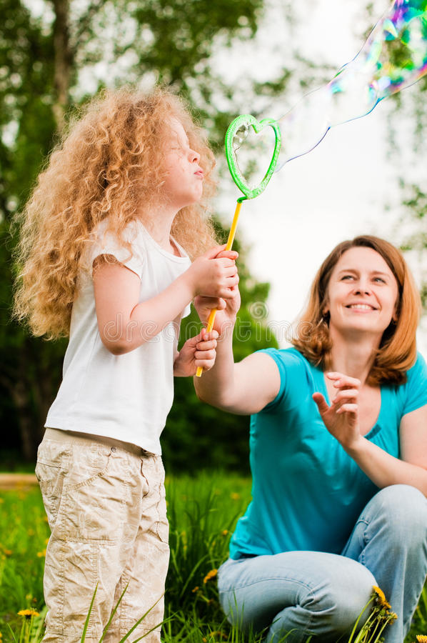 κόρη ευτυχής η μητέρα της στοκ εικόνες με δικαίωμα ελεύθερης χρήσης