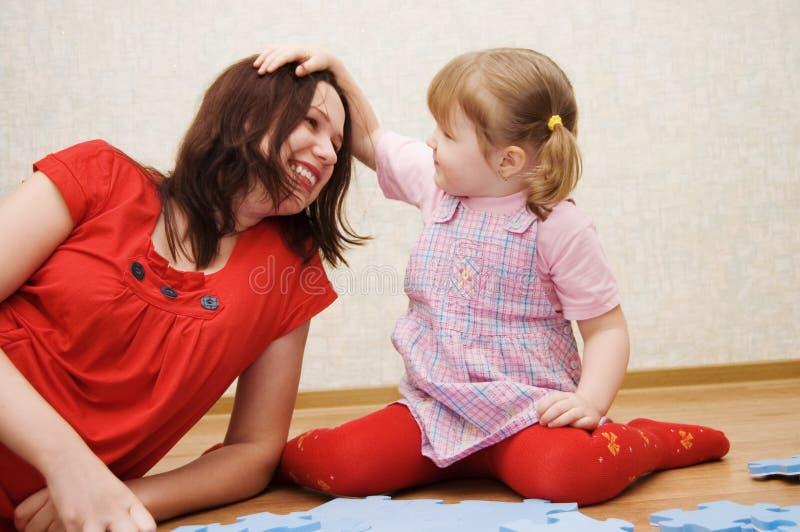 κόρη η επίλυση γρίφων μητέρων στοκ φωτογραφία
