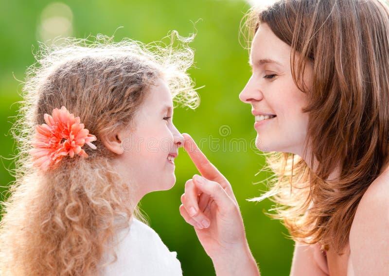κόρη η μύτη μητέρων της σχετι&kappa στοκ εικόνες με δικαίωμα ελεύθερης χρήσης