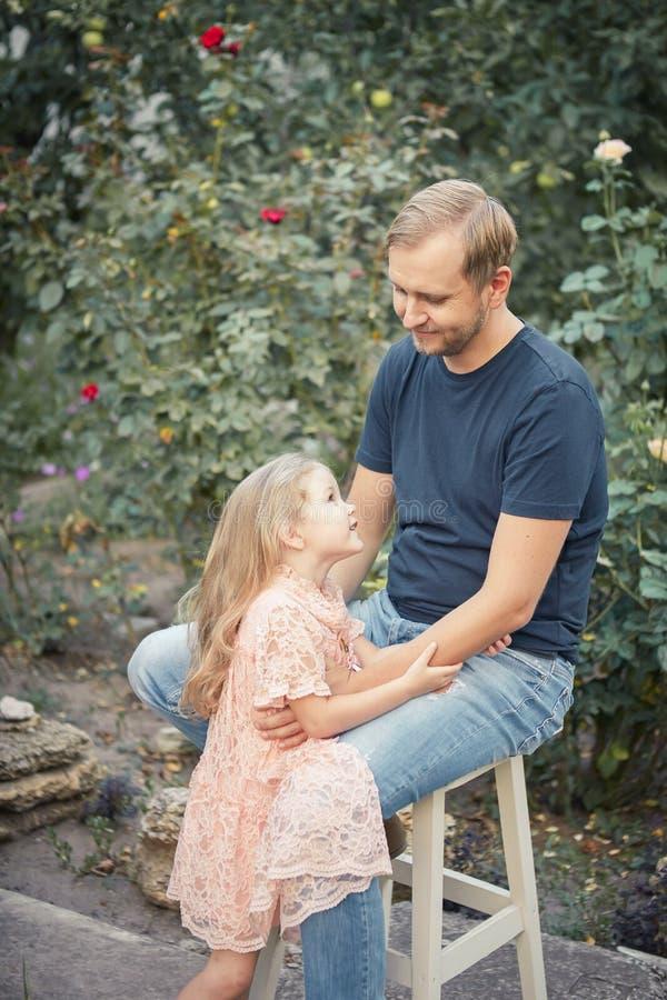 Κόρη και ο μπαμπάς της στοκ εικόνες