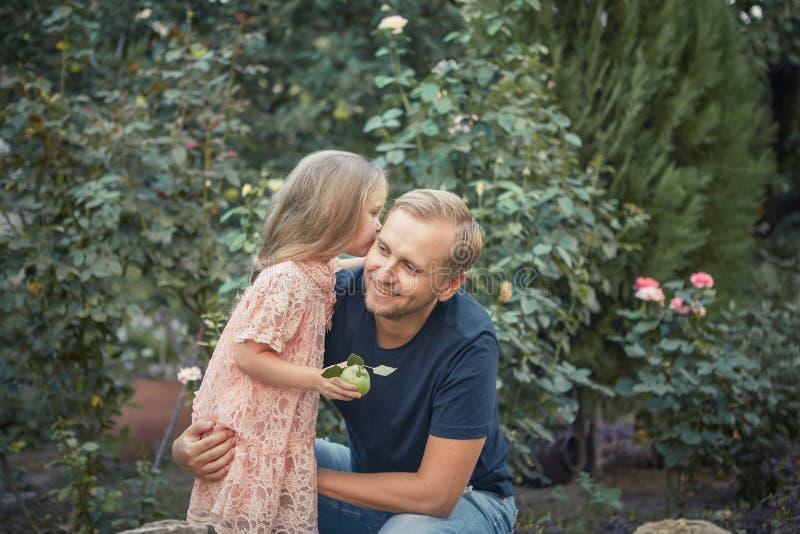 Κόρη και ο μπαμπάς της στοκ φωτογραφία με δικαίωμα ελεύθερης χρήσης