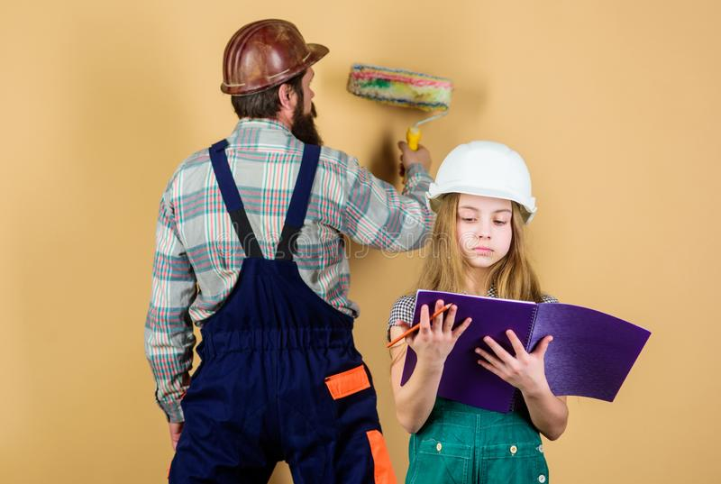 Κόρη και πατέρας που επισκευάζουν μαζί στο εργαστήριο r Βιομηχανία Εργαλεία για την επισκευή Πατρότητα άτομο με το μικρό κορίτσι στοκ εικόνα με δικαίωμα ελεύθερης χρήσης