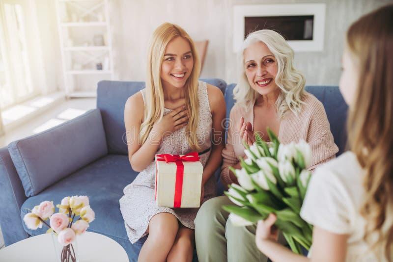 Κόρη, μητέρα και γιαγιά στο σπίτι στοκ εικόνα