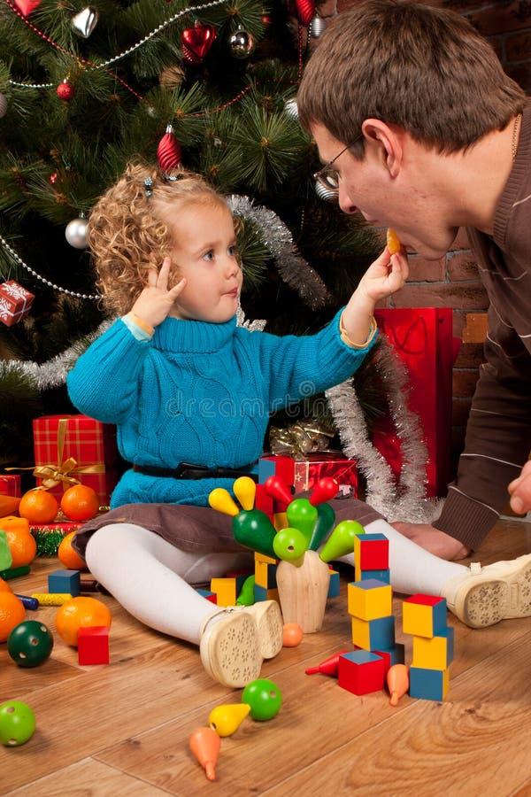 κόρη μπαμπάδων Χριστουγένν&omega στοκ φωτογραφία με δικαίωμα ελεύθερης χρήσης