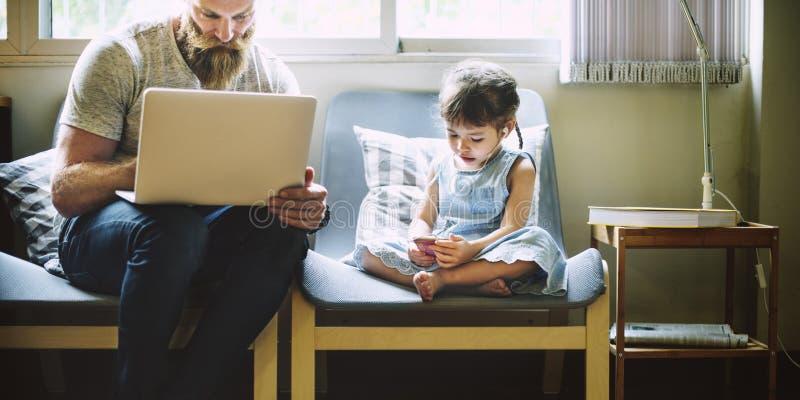 Κόρη μπαμπάδων που συνδέει την ευτυχή οικογενειακή έννοια στοκ φωτογραφία με δικαίωμα ελεύθερης χρήσης