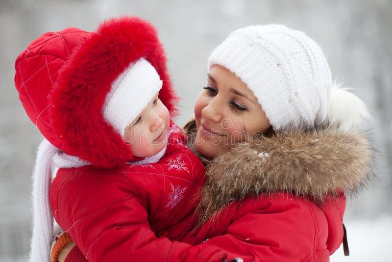 κόρη μωρών αυτή νεολαίες μητέρων στοκ φωτογραφία