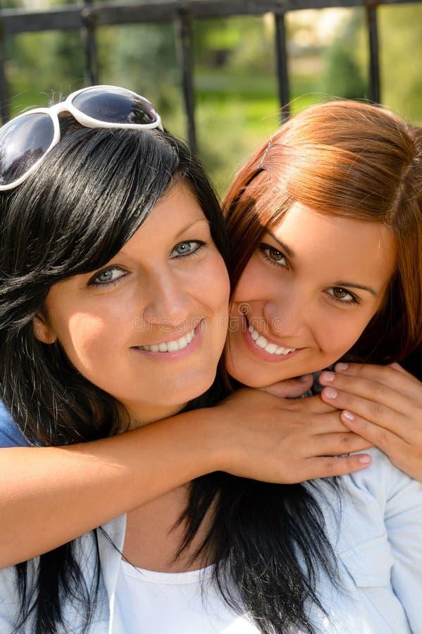 Κόρη που αγκαλιάζει ευτυχή αγάπη μητέρων της την υπαίθρια στοκ εικόνες