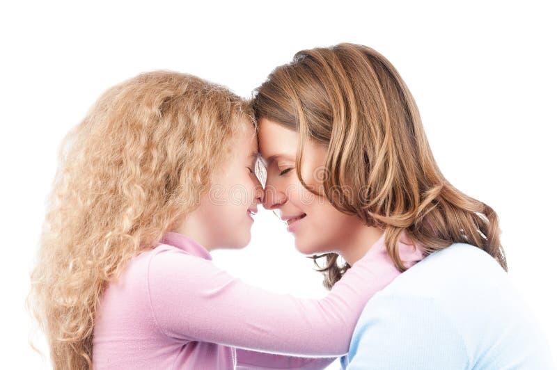 κόρη που αγκαλιάζει τη μητέρα στοκ φωτογραφίες με δικαίωμα ελεύθερης χρήσης