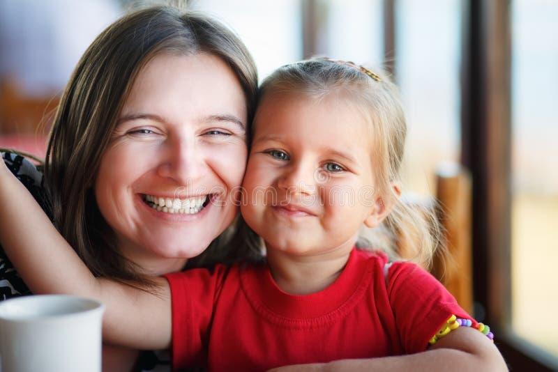 κόρη που αγκαλιάζει τη μη&ta στοκ φωτογραφίες