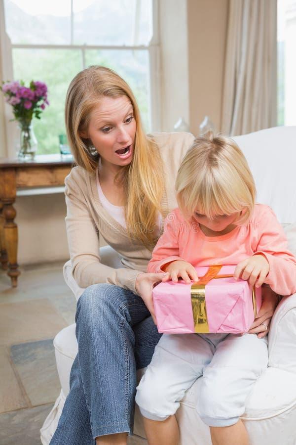 Κόρη που ανοίγει ένα παρόν από το mum στοκ φωτογραφία με δικαίωμα ελεύθερης χρήσης