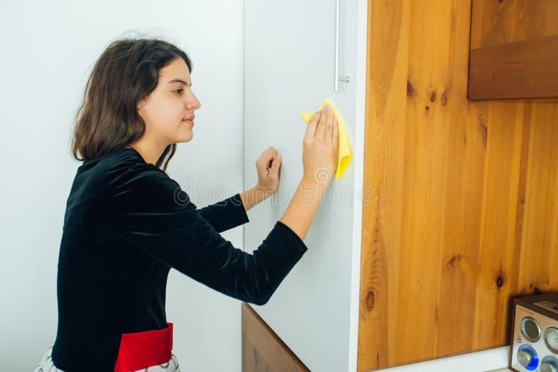 Κόρη που γυαλίζει την κουζίνα στοκ εικόνες