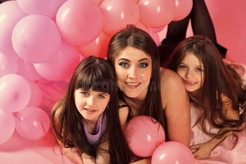 Κόρη της μητέρας Μικρά κορίτσια, mom στα ρόδινα μπαλόνια στοκ εικόνες