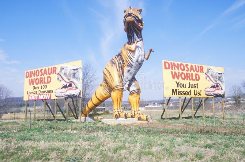 Κόσμος δεινοσαύρων κατά μήκος του δρόμου στοκ φωτογραφίες
