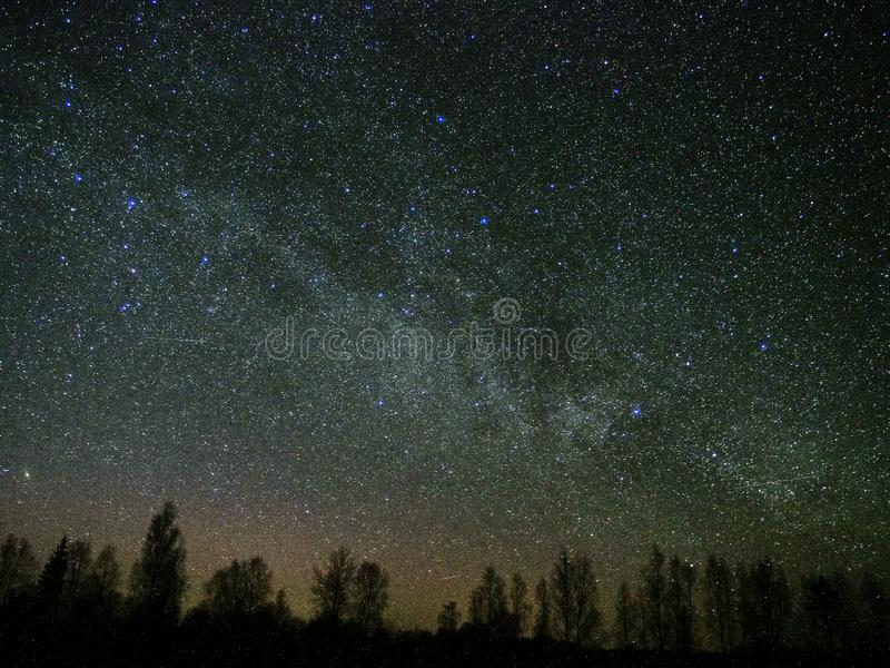 Κόσμος και γαλακτώδης αστερισμός Cassiopeia αστεριών τρόπων στο νυχτερινό ουρανό στοκ φωτογραφία