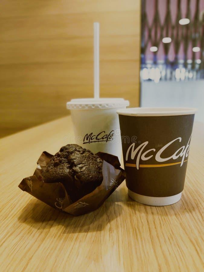 Κόσμος καφέδων με το καυτό κέικ σοκολάτας στοκ φωτογραφίες