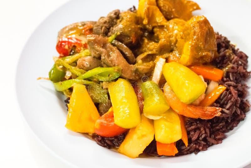 Κόστος-επάνω στα ταϊλανδικά τρόφιμα οι επιλογές είναι μούρο ρυζιού, γλυκόπικρη σάλτσα που τηγανίζεται στοκ εικόνα