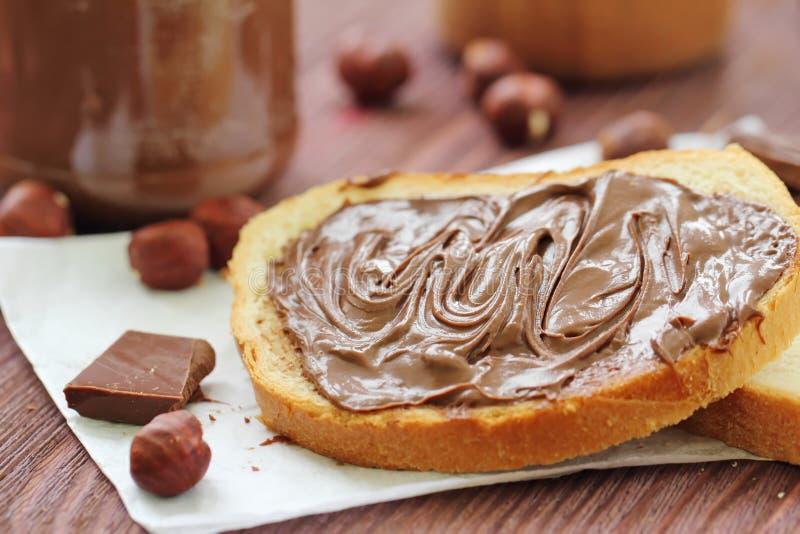 Κόλλα καρυδιών σοκολάτας με το ψωμί στοκ φωτογραφία με δικαίωμα ελεύθερης χρήσης