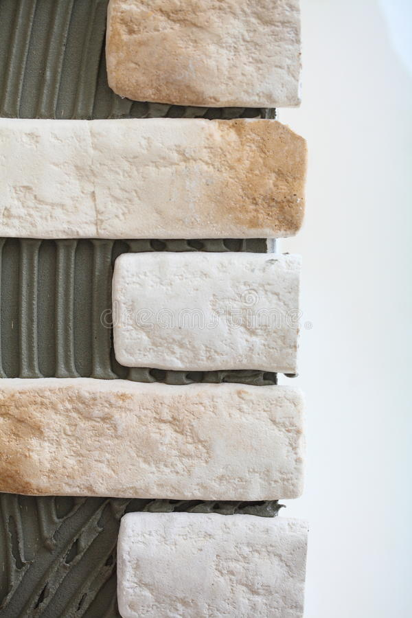 Κόλλα κεραμιδιών κλίνκερ τοίχων ανακαίνισης στο σπίτι στοκ φωτογραφία με δικαίωμα ελεύθερης χρήσης