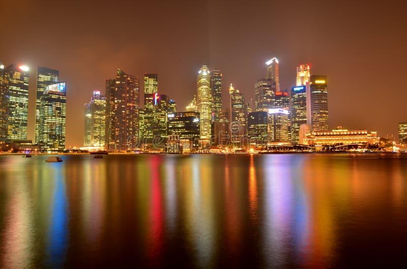 Κόλπος μαρινών της Σιγκαπούρης τη νύχτα στοκ φωτογραφίες