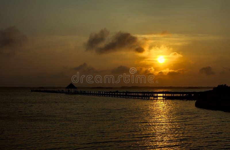 κόλπος πέρα από το ηλιοβασίλεμα στοκ φωτογραφία