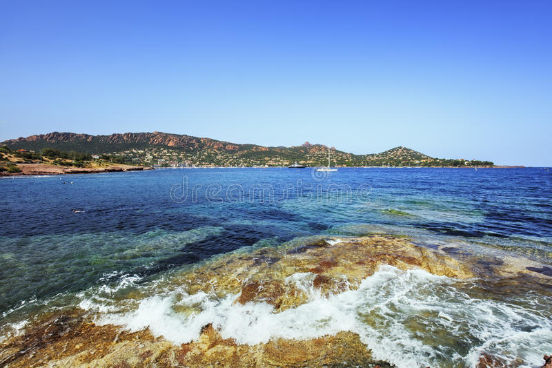 Κόλπος Agay στην ακτή και τη θάλασσα παραλιών βράχων Esterel Υπόστεγο Azur, αποδεδειγμένο στοκ φωτογραφία με δικαίωμα ελεύθερης χρήσης