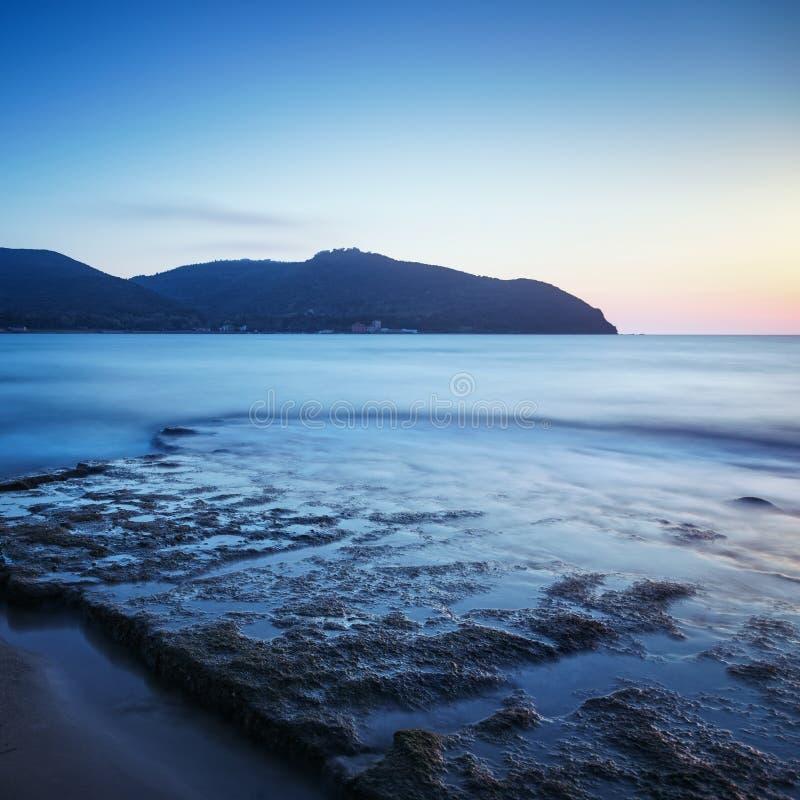 Κόλπος Baratti, λόφος ακρωτηρίων, βράχοι και θάλασσα στο ηλιοβασίλεμα Τοσκάνη, αυτό στοκ φωτογραφίες με δικαίωμα ελεύθερης χρήσης