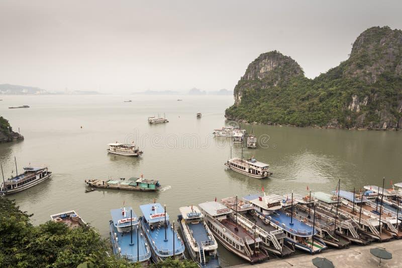 Κόλπος Halong από το grotto Thien Cung στοκ εικόνα με δικαίωμα ελεύθερης χρήσης