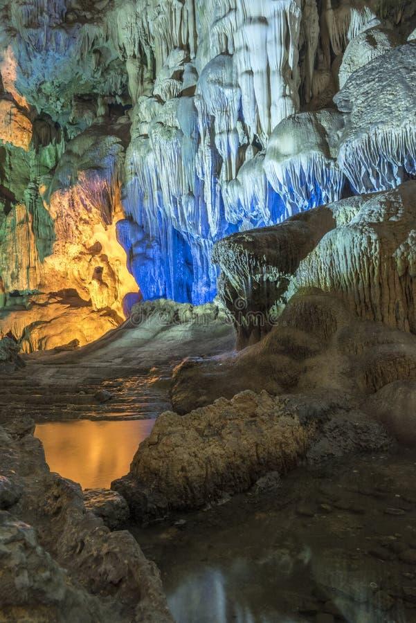 Κόλπος Halong grotto Cung Thien στοκ φωτογραφίες με δικαίωμα ελεύθερης χρήσης
