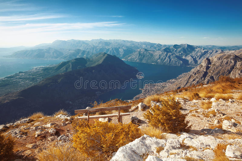 Κόλπος Kotor Μαυροβούνιο Τοπίο Πάγκος ανωτέρω της κορυφογραμμής βουνών στοκ εικόνα με δικαίωμα ελεύθερης χρήσης