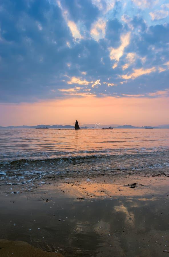 Κόλπος Nakhodka την άνοιξη στο ηλιοβασίλεμα στοκ εικόνες